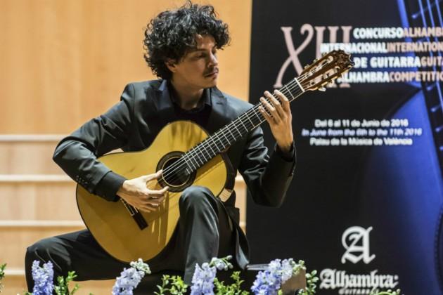 Alí Arango gana el Certamen Segovia 2017 con una guitarra Alhambra.