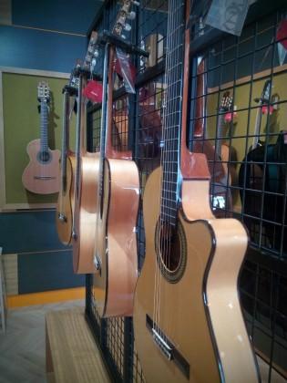 Guitarrista elige guitarra flamenca