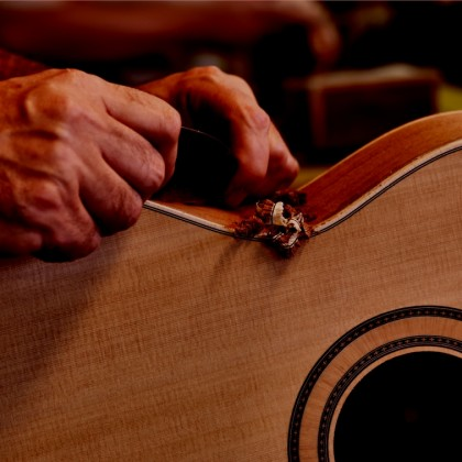 The work of the good luthier to make premier guitars