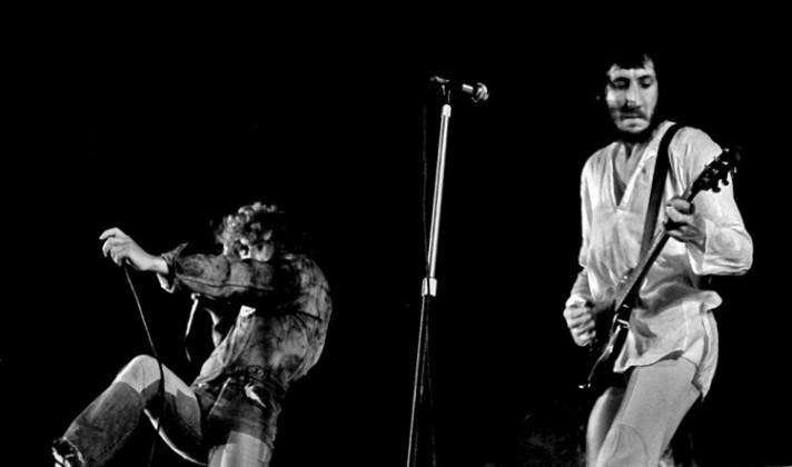 La vorágine del rock: tocar la guitarra para luego destrozarla contra el escenario