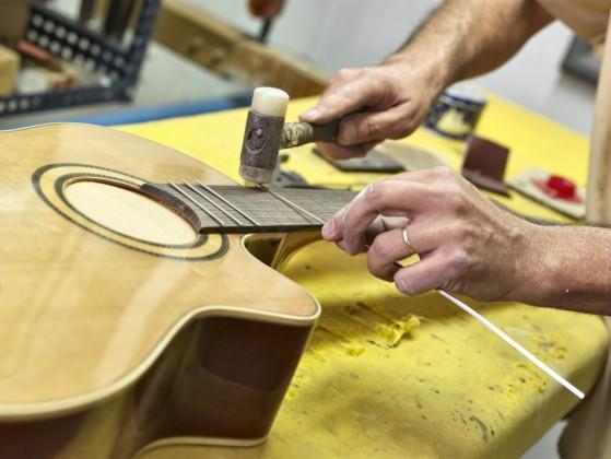 Partes de la guitarra, los trastes
